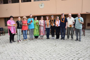 Italian Visitors arrive at Rishilpi