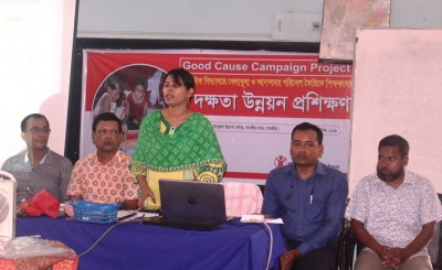 Satkhira Sadar Upazila Nirbahi Officer Tahmina Khatun is addressing the training of teachers in the development of primary school sports and good environment.